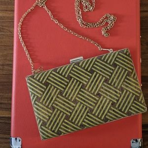 Tan and yellow cork snap clutch
